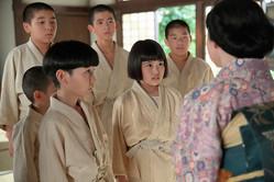 連続テレビ小説「スカーレット」第10話。熊谷照子が人さらいにあったのではないかと心配す川原喜美子(川島夕空・右から3人目)達(C)NHK