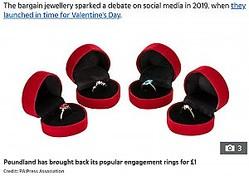 ケース付きの婚約指輪はプロポーズの演出にピッタリ(画像は『The Sun 2021年1月11日付「SAY I DO Poundland brings back popular £1 engagement rings」(Credit: PA:Press Association)』のスクリーンショット)