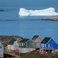 グリーンランド東部クルスク沖に浮かぶ氷山(2019年8月16日撮影)。(c)Jonathan NACKSTRAND / AFP