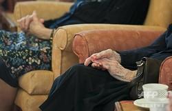 英ストラトフォード・アポン・エイボンの老人ホームで行われた慈善イベントで、ボランティアによる詩の朗読に耳を傾ける認知症患者ら(2013年10月29日撮影、資料写真)。(c)AFP/WILL OLIVER