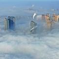 中国で発生した濃霧 雲の上に高層ビルが浮かんでいるような光景