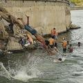 猛暑に見舞われたインド西部ラジャスタン州アジメールで、湖に飛び込む若者たち(2019年5月31日撮影)。(c)Shaukat Ahmed / AFP