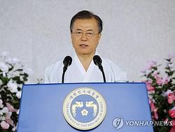 光復節の記念式典で演説する文大統領=15日、天安(聯合ニュース)
