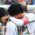 表彰式で涙をぬぐう青森山田のMF武田英寿(手前)【写真:Noriko NAGANO】
