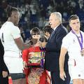 <イングランド・南ア>イングランドのイトジェ(左)が準優勝メダルをボーモントWR会長からかけてもらうのを拒む(撮影・篠原岳夫)