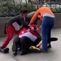 ミニーマウスの着ぐるみを着た女性と警備員が激しい揉みあいに(画像は『Mirror Online 2020年1月30日付「Disney characters brawl as Minnie 'punches' guard before Mickey and Goofy break up fight」(Image: Daily Star)』のスクリーンショット)