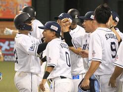 3回2死満塁、先制の右翼線適時二塁打を放った森(左)はチームメートに出迎えられる(撮影・尾崎 有希)