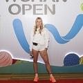 半身「黒塗りメイク」で平等を訴えた美女テニス選手に批判