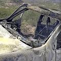 4日、メキシコ北西部で麻薬カルテルの襲撃を受けて焼け焦げた車(AP)