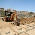 イエメン・タイズの墓地に設けられた新型コロナウイルス感染症専用区域で、墓穴を掘るブルドーザー(2021年4月3日撮影)。(c)AHMAD AL-BASHA / AFP