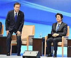 安倍首相は文大統領(左)の理不尽な嫌がらせを毅然と突っぱねる