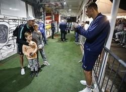 少年たちを優しく抱き寄せるC・ロナウド。名手マティッチがスマホで撮影している絵柄もなかなか貴重だ。(C)Getty Images