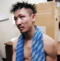 12ラウンドの末、3-0の判定負けを喫した小西伶弥(左)=神戸ポートピアホテル(撮影・高石航平)