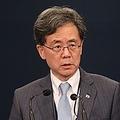 会見を行う金鉉宗・青瓦台国家安保室第2次長=23日、ソウル(聯合ニュース)