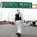 メキシコ・チワワ州シウダフアレスで、防護服を着て新型コロナウイルス感染症の予防活動に参加する警察官ら(2020年3月29日撮影)。(c)HERIKA MARTINEZ / AFP