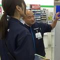 店舗スタッフは、本社から来た運営トレーナーから、売り場づくりなどを学べる機会になる