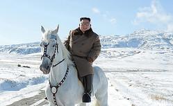 北朝鮮北部・白頭山で、白馬に乗った金正恩朝鮮労働党委員長=朝鮮中央通信が16日に公開(AFP時事)