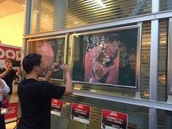 自身を題材にした黒板アート作品を写真に収める富樫