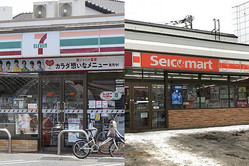 左からセブン-イレブン、セイコーマート(Kkdbill301/Wikimedia Commons)