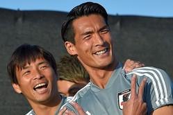日本代表でもムードメーカーの槙野と乾。歌声でも相性バツグンのようだ。 (C) Getty Images