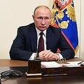 ロシアの首都モスクワ郊外ノボ・オガリョボの邸宅で、セルゲイ・ショイグ国防相とオンライン上で協議するウラジーミル・プーチン大統領(2020年5月26日撮影)。(c)AFP