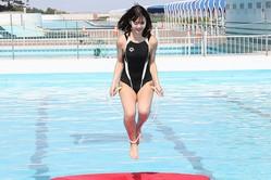 """藤田ニコル、競泳水着で""""美ボディ""""披露!放水に耐えながら縄跳び挑戦"""