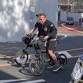 自転車に乗って現れたシュワルツェネッガー