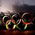 国立競技場前に設置された五輪モニュメント(2021年1月8日撮影)。(c)Behrouz MEHRI / AFP