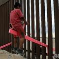 米メキシコの国境に設置されたシーソーで遊ぶ両側の家族。メキシコ北部シウダフアレスで(2019年7月28日撮影)。(c)LUIS TORRES / AFP