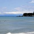 エメラルドグリーンにみえる江ノ島(藤沢市)近くの相模湾(20日)