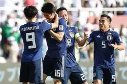 CKから決勝ゴールを挙げた冨安。チームメイトから祝福された。写真:茂木あきら(サッカーダイジェスト写真部)