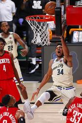 米プロバスケットボール(NBA)、ミルウォーキー・バックスのヤニス・アデトクンポ(右、2020年8月2日撮影、資料写真)。(c)Mike Ehrmann/Getty Images/AFP