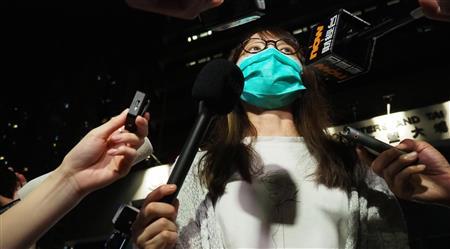 11日、保釈後に香港の警察署前で会見する周庭氏(藤本欣也撮影)