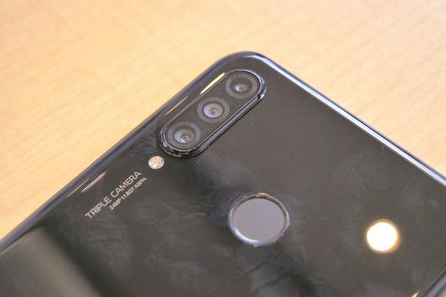 cfaa42dd69 背面トリプルカメラはP20/P30シリーズ共通で左上にレイアウトされています。P30  liteは標準2400万画素、超広角800万画素、深度測定用200万画素