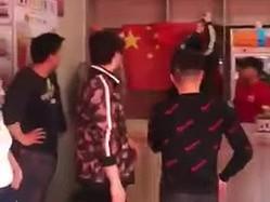 店内に中国の五星紅旗を貼り付ける中国人ら=tony O'DonnellのYou Tubeチャンネルより