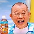 鶴瓶さんのイメージが強い「健康ミネラルむぎ茶」(伊藤園公式チャンネルより)