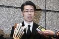 東京・渋谷区の本社前で記者団の取材に応じるコインチェックの大塚雄介取締役COO(13日夜)