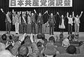 (写真)聴衆の声援に応える小池書記局長(中央)、応援弁士と市議予定候補の5氏=3日、東京都日野市