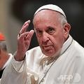 イタリアの首都ローマにあるサン・ジョバンニ・イン・ラテラノ大聖堂で、会議の出席者を祝福するローマ・カトリック教会のフランシスコ法王(右、2019年5月9日撮影)。(c)Andreas SOLARO / AFP