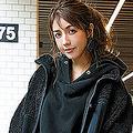 ボアジャケット[売り切れ次第販売終了]¥3,990/UNIQLO and Engineered Garments(UNIQLO) パーカ¥3,490/アメリカンホリック(アメリカンホリック プレスルーム) 花柄スカート¥12,000/ココ ディール ピアス¥3,300/mimi33(サンポークリエイト) バッグ¥35,000/ダブル コレクション(ムーンバット) タイツ¥1,000/17°C(Blondoll 新丸の内ビル店) パンプス¥20,000/タラントン by ダイアナ(ダイアナ 銀座本店)