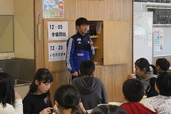 昨年12月に本間至恩が母校の村上市立神納東小(2020年3月に閉校)を訪問。児童たちと一緒に給食を食べながら、新しい学校へ行く児童たちへメッセージを送った。写真:アルビレックス新潟
