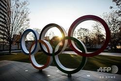 国立競技場の前に設置された五輪モニュメント(2020年3月25日撮影)。(c)Behrouz MEHRI / AFP
