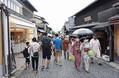 観光名所「清水寺」の参道を行き交う人たち=2020年7月23日、京都市東山区