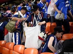 W杯で試合終了後のスタンドを清掃する日本のサポーター