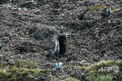 12歳のネハ・バサバさんが下敷きになり、捜索活動が続くインド・アーメダバード郊外にある巨大なごみ山(2020年9月27日撮影)。(c)SAM PANTHAKY / AFP
