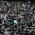 香港の中環(セントラル)地区での抗議デモで、大通りを行進する人々(2019年11月11日撮影)。(c)Anthony WALLACE / AFP