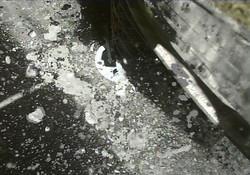小惑星探査機「はやぶさ2」が撮影した、小惑星リュウグウへの2回目の着地から4秒後の画像。画像右側が探査機本体で、舞い上がっているのはリュウグウの砂や石 (C) JAXA