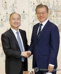 会談前に握手する文大統領(右)と孫正義氏=4日、ソウル(聯合ニュース)