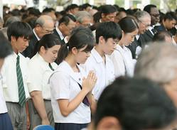 8月9日午前11時2分、長崎原爆の投下時刻に合わせて黙とうする人たち(2019年8月、時事)