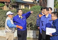 台風19号の被災地を視察する立憲民主党の枝野幸男代表(左から2人目)ら=26日午後、水戸市(永井大輔撮影)